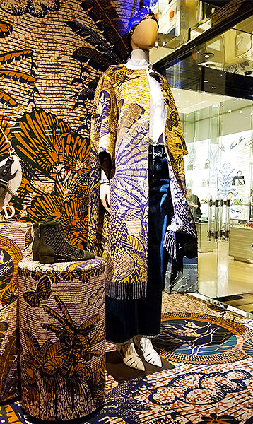 Dior loves dark ground prints