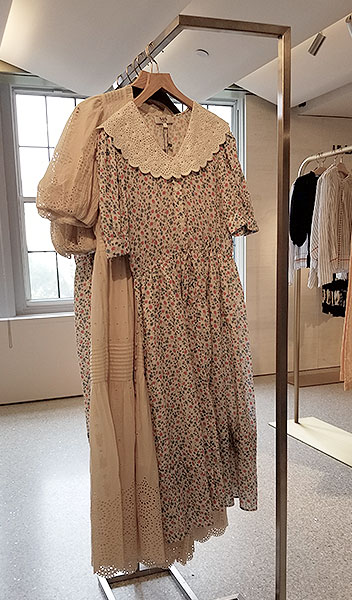 Summer dress with white lace collar story