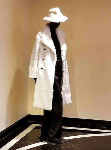 Chic Tom Ford White coat and hat