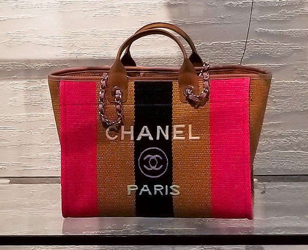 Chanel tote with a chain